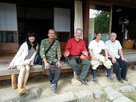 出演者の左か女優の三倉茉奈さん・写真家の今森光彦さん、ジョンさん かやぶき職人長野さん、そしてこの家のオーナー新道さん
