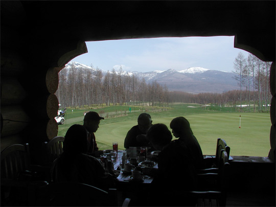 「北の国から」の最後はゴルフ場のランチ。 カナダのログハウスは 雄大な富良野の風景にぴったりでカナダを思い出した