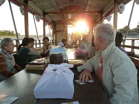 夕日が落ちる頃、屋形船は岸を離れ長良川の流れにのってゆっくり進みます。 川の流れも穏やかで最高!