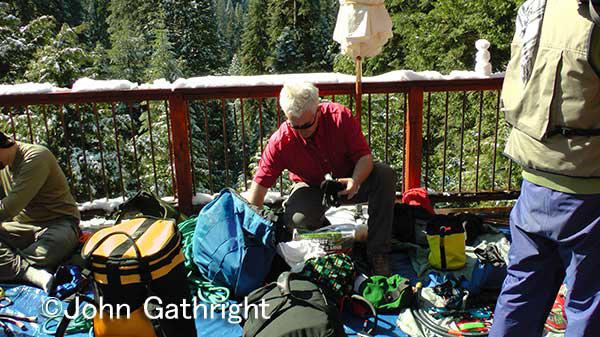 ジョン セコイア登頂の準備 外は雪がまた解けずに残っている。