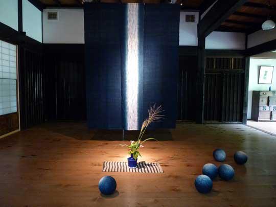 ロケでお邪魔した藍染アーティスト、新道弘之氏の「ちいさな藍美術館」