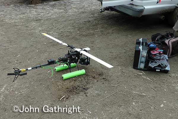 空撮用ヘリコプター。リモコン操作で賢く飛び回る。オンエアの映像をお楽しみに