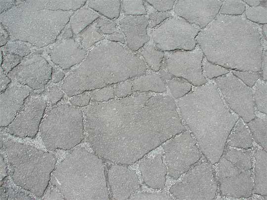 中世の石畳・実はアスファルトの破片でつくった