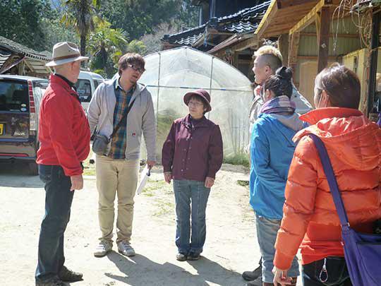 今日の山菜の先生は小野田さん!(紫のお洋服の女性)よろしくお願いします! とっても気持ちのいい山里に住んでます