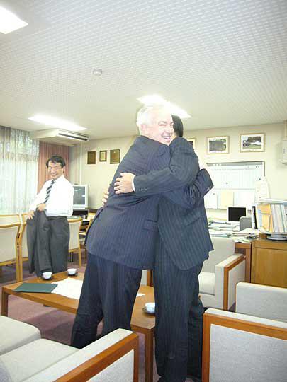 最後は担当教授の山田先生と固いハグ!!