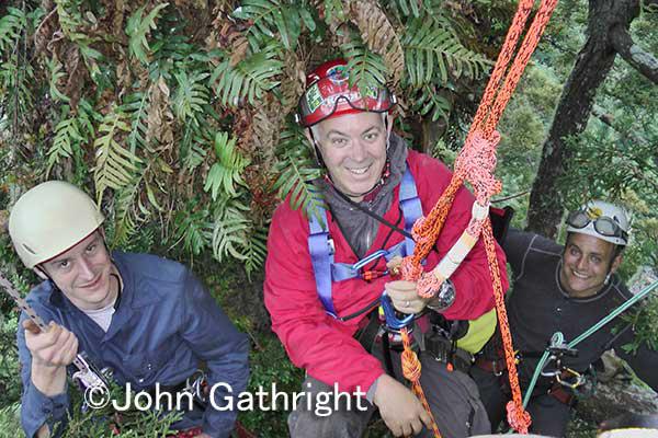 左からクリントン、ジョン、ウエンデェル、両手に世界トップクライマー! ここは中間地点樹上40メートルくらい。