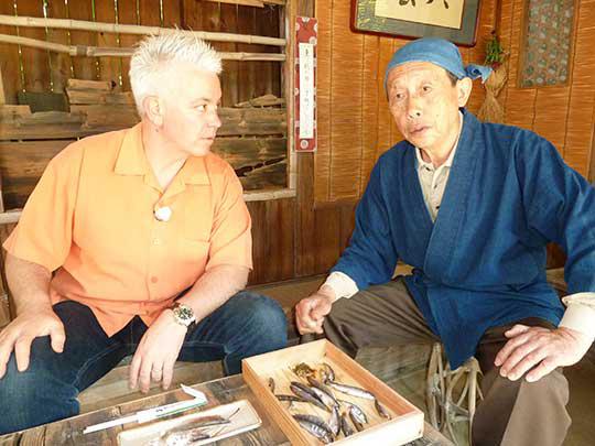鵜の庵 鵜匠の山下さんがいろいろ料理をお教えてくれる。