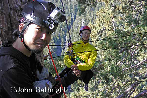 青木カメラマンとキャメロン。 これからキャメロンがセコイアの森の長距離トランスバース。 これこそ世界一の空中散歩だ。
