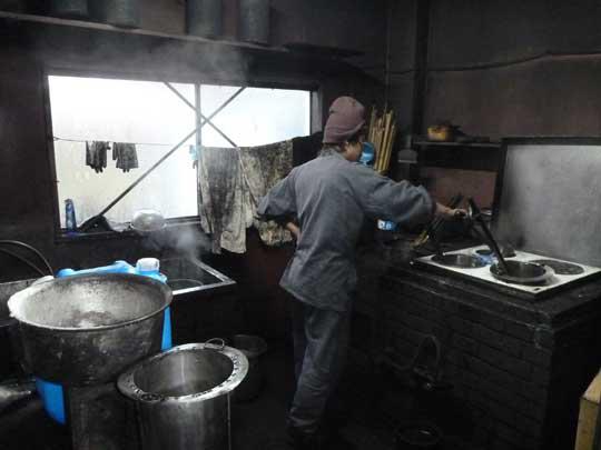 墨作りは朝が早い。ここではニカワを溶かしている。 この後に煤を入れて練っていく。