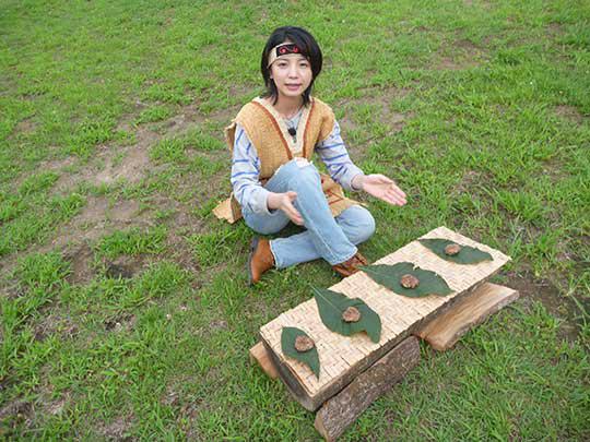 できました!縄文ハンバーグ!お皿ももちろん縄文時代。 葉っぱの皿。手で食べます!
