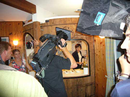 Hiroko doing Miso! 奥さんも味噌ダルキッチンで味噌汁作る。