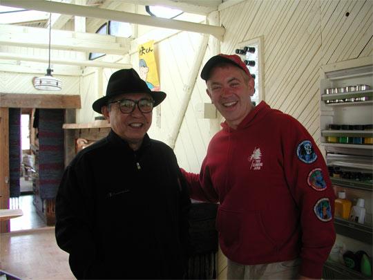 倉本さんとジョン  ここでは冷蔵庫は凍らないように入れておくものだと教えてくれた。