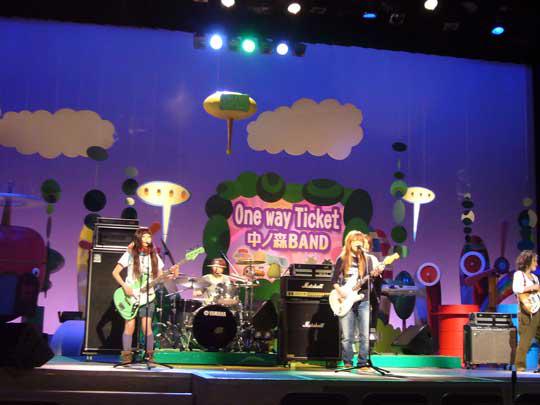 科学大好き土よう塾のテーマソングを歌う 中ノ森バンドも歌を生演奏で披露してくれました。